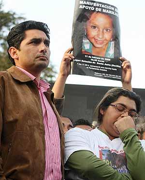 Juan José Cortés e Irene Suárez, los padres de Mari Luz, durante una manifestación en Sevilla. (Foto: Fernando Ruso)