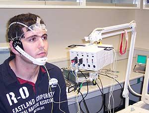 Demostración del sistema que permite leer los ojos y enviar órdenes a un robot. (Foto: UMH)