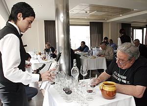 Uno de los catadores toma notas durante el concurso. (Foto: RICARDO MUÑOZ)