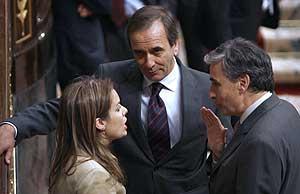 La portavoz del PP charla con su homólogo del PSOE, Alonso, y con el socialista Jáuregui el día de la constitución del Congreso. (Foto: EFE)