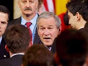 Geroge W. Bush recibe la felicitación de varios delegados rumanos tras pronunciar un discurso en el Banco Rumano de Ahorros en Bucarest. (Foto: EFE)