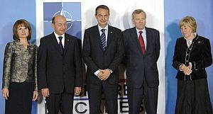 La esposa del presidente rumano, el presidente de Rumanía, Traian Basescu, el presidente español, el secretario general de la OTAN, Jaap de Hoop Scheffer, y su esposa. (Foto: EFE)