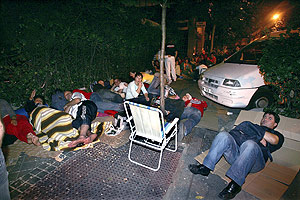 Colas de inmigrantes rumanos para conseguir el permiso de residencia. (Foto: JAIME VILLANUEVA)