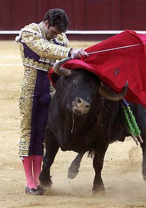 José Tomás, en un pase con la muleta en La Malagueta. (Foto: EFE)