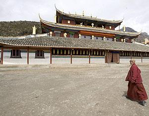 Un monje tibetano camina hacia un monasterio en la provincia de Sichuan en marzo. (Foto. EFE)
