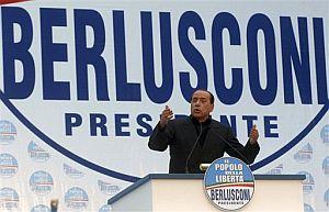 Silvio Berlusconi, durante un mítin en Nápoles. (Foto: AP)