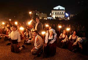 Los 'actores vecinos' con antorchas delante del público congregado en la Plaza de Oriente. (Foto: J. Villanueva)