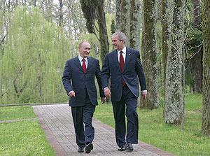 Bush y Putin, en la residencia de verano del presidente ruso, en Sochi, a orillas del mar Negro. (Foto: EFE)