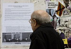Carteles explicando el último comunicado de ETA aparecidos en el barrio de Rekalde , en Bilbao. (Foto: Iñaki Andrés)