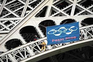 Varios manifestantes cualgan en la torre Eiffel una bandera en protesta por la situación en el Tíbet. (Foto: AFP)