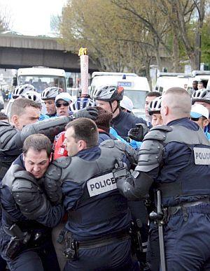 Agentes de la Policía francesa protegen la antorcha olímpica durante su recorrido por París. (Foto: EFE)