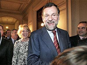 Rajoy y Aguirre, momentos antes de que ésta última pronunciara su discurso en el foro de ABC. (José Ayma)