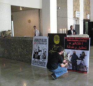 Tres pancartas recuerdan la muerte del cámara en el hotel Palestina. (Foto: Javier Espinosa)