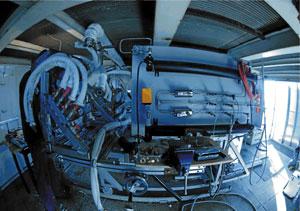 Reactor Hydrosol II para producir hidrógeno instalado en una torre donde se concentran los rayos solares por medio de espejos. (Foto: Ciemat)