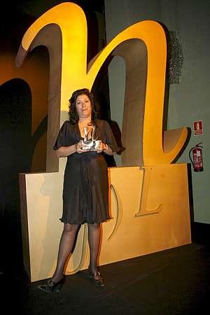 La escritora Almudena Grandes posa tras ganar el premio. (Foto: EFE)