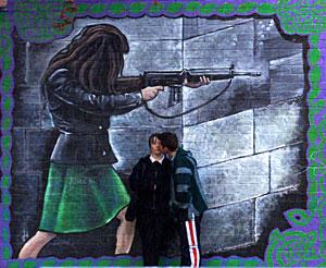 Dos jóvenes ante un mural de exaltación del IRA en Belfast, en una imagen de archivo (Foto: REUTERS)