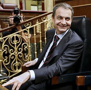 José Luis Rodríguez Zapatero, en su escaño, antes de la votación. (Foto: EFE)