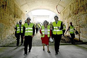 La alcaldesa de Valencia, junto al conseller Flores, visita las obras de la Linea 2 de Metro. (Foto: José Cuéllar)