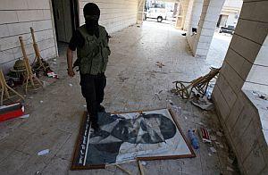 Un activista de Hamas pisotea un retrato de un alto dirigente de Al Fatah en 2007. (Foto: AFP)