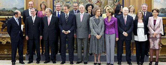 Foto de familia de los ministros tras prometer su cargo. (Foto: EFE) Vea más imágenes.
