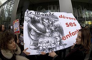 'Le Monde se come a sus niños', reza un cartel de los periodistas durante la huelga. (Foto: Reuters)