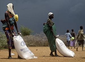 Dos mujeres ugandesas reciben comida del Plan Mundial de Alimentos. (Foto: AFP)