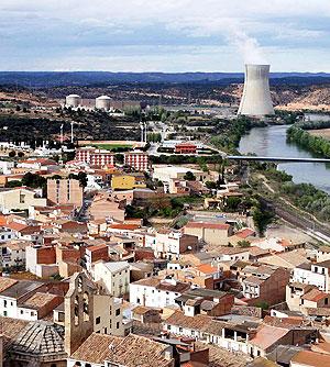 El pueblo tarraconense de Ascó, con la central nuclear al fondo. (Foto: EFE)