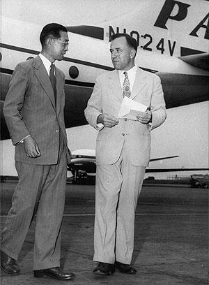 John A. Wheeler (derecha), en una imagen tomada en 1953. (Foto: AP)