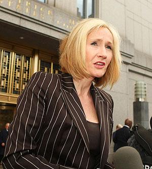 La autora de 'Harry Potter', a su salida de la vista. (Foto: AFP)