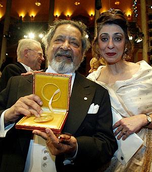 Naipaul, en 2001, cuando recibió el Nobel de Literatura, junto a su segunda esposa. (Foto: AP)