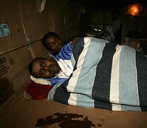 Inmigrantes de Bangladesh durmiendo a la intemperie en Melilla. (Foto: Reuters)