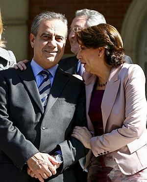 Corbacho charla con Álvarez tras el primer Consejo de Ministros celebrado en La Moncloa. (Foto: EFE)