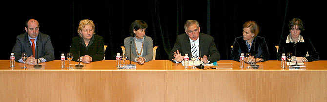 El equipo directivo del Guggenheim durante la comparecencia. (Foto: EFE)