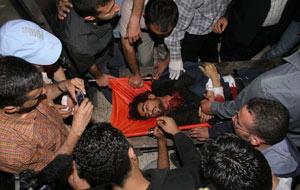 Un grupo de palestinos rodea el cadáver de Fadel Shana, fotógrafo de Reuters fallecido en un ataque israelí en Gaza. (Foto: AFP)