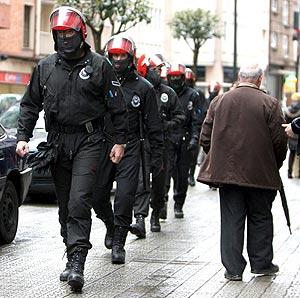 Un grupo de agentes de la Ertzaintza patrullan por el barrio La Peña. (Foto: Luis Tejido)