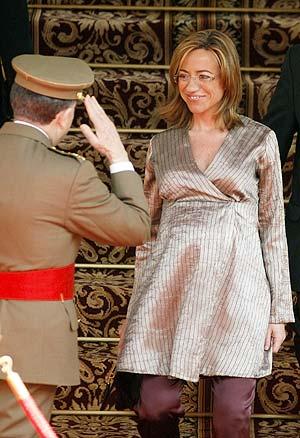 La ministra de Defensa saluda al General Félix Sanz Roldán. (Foto: REUTERS)