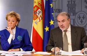 De la Vega y Solbes en la rueda de prensa posterior al Consejo de Ministros. (Foto: Efe)
