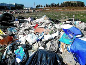 Los documentos aparecieron esparcidos entre escombros y basura en el polígono de San Cristóbal. (Foto: CARLOS ESPESO)