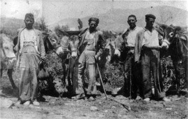 De I a D, Ambrosio Grande; Cele Pérez; Leocricio de Diego, y Enrique Cubo, los últimos caleros de Vegas de Matute (Segovia) en una imagen tomada en los años 50 del pasado siglo