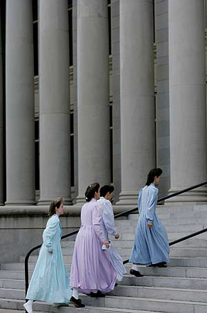 Varias mujeres miembros de la secta, acceden al tribunal. (Foto: AP)