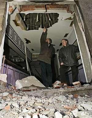 Dos miembros del PSE inspeccionan la sede atacada en Elgoibar. (Foto: REUTERS)