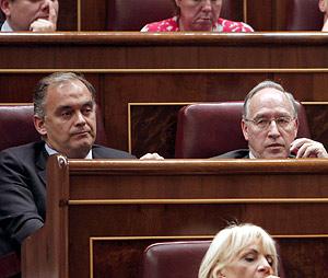 Esteban González Pons, junto a Manuel Pizarro en el Congreso. (Foto: EFE)