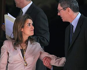 Sáenz de Santamaría saluda a Gallardón en la apertura de las Cortes. (Foto: AFP)