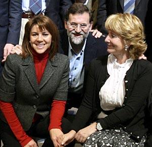De Cospedal, junto a Rajoy y Aguirre, en una imagen tomada en 2007 junto a otros candidatos autonómicos del PP. (Foto: Alberto Cuéllar)