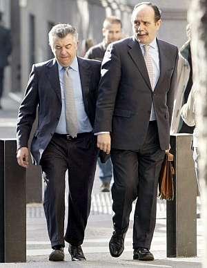 Juan Antonio Roca, junto a su abogado José Aníbal Alvarez. (Foto: EFE)