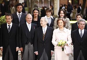 Los nietos de Juan Gelman posan junto a los Reyes Juan Carlos y Sofía, el presidente Rodríguez Zapatero, el ministro de Cultura, César Molina, y su abuelo. (Foto: AFP)