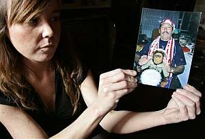 Onintza, hija de Gotzan Klemos, muestra una foto de su padre. (Foto: EFE)