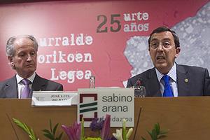 El diputado José Luis Bilbao, a la derecha de Juan María Atutxa. (Foto: MITXI)