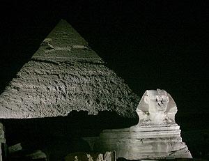 Las pirámides de Giza, con un juego de luces. (Foto: EFE)
