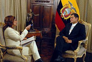 Correa, entrevistado por una periodista. (Foto: AFP)